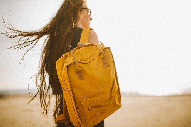 děvče s batohem
