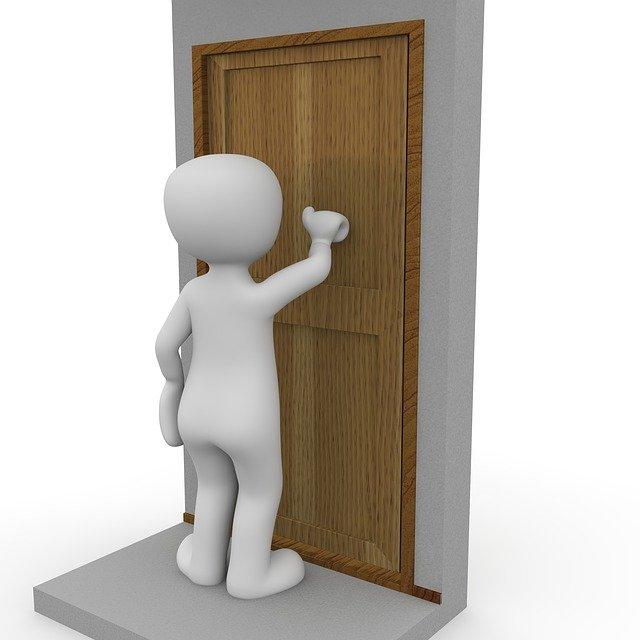 ťukání na dveře
