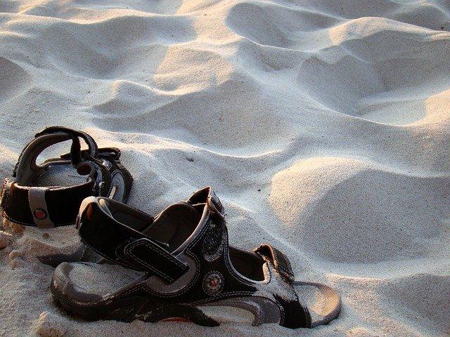 sandále v písku