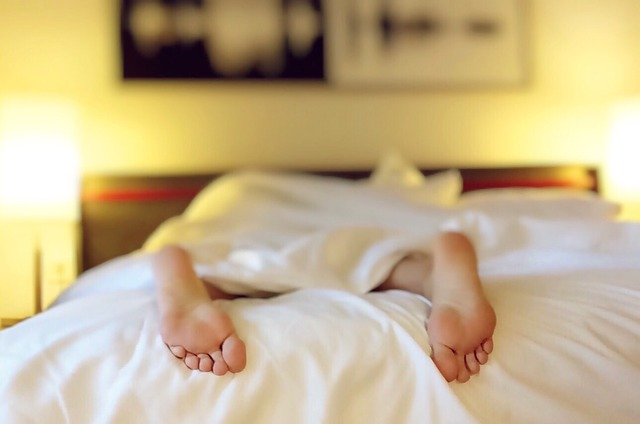 nohy na posteli.jpg
