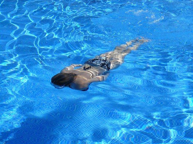 žena pod vodou.jpg