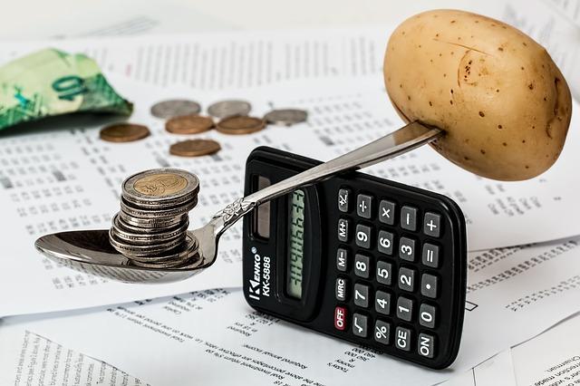 vážení mincí a brambory na kalkulačce